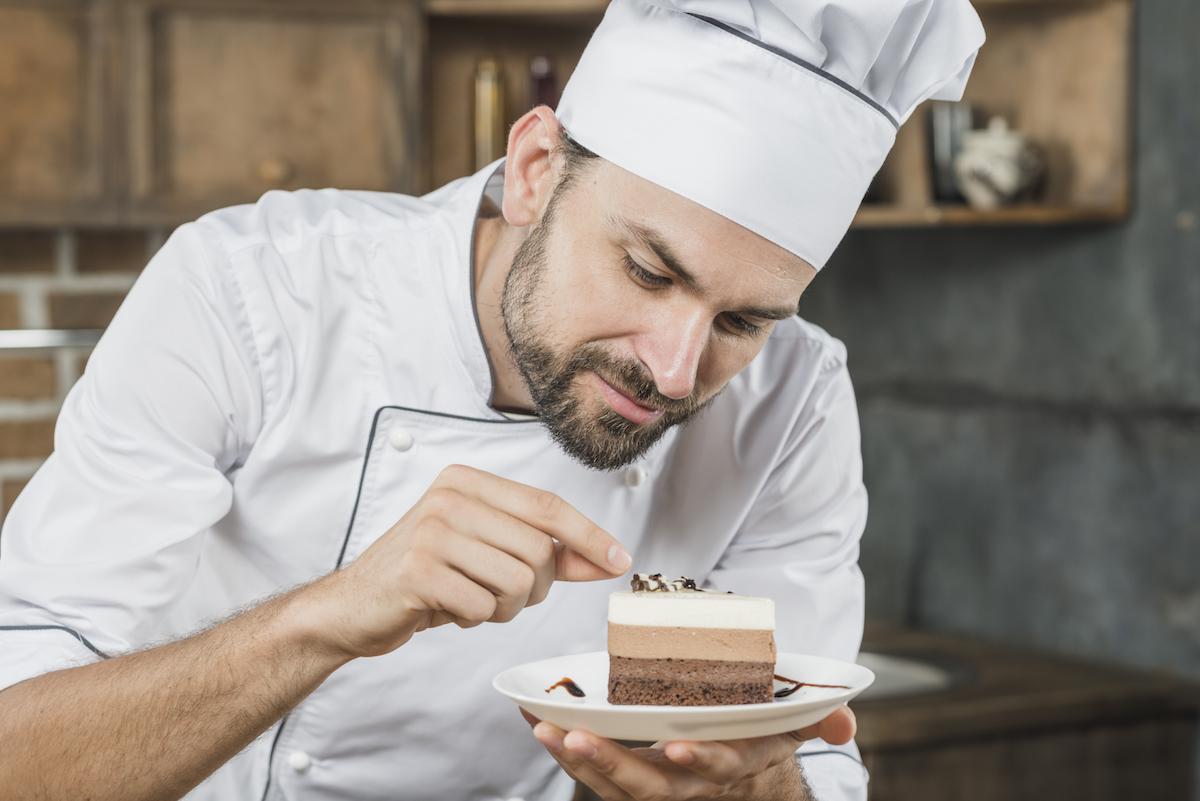 Chef preparando postre
